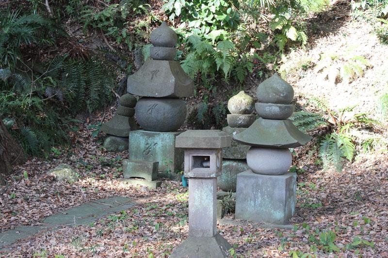 北条顕時、金沢貞顕の墓-あの頂...